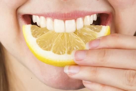 cara memutihkan gigi dengan garam dan jeruk lemon